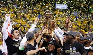 Los jugadores de los Warrriors levantan el trofeo de campeones de la NBA.