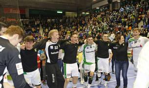 La plantilla celebra la victoria ante el Benfica y el pase a los cuartos de la EHF Cup.