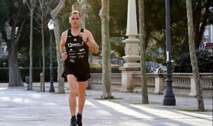 Juan José Amate Molina, corriendo con la camiseta del reto que está realizando y que tendrá su ecuador mañana en Pamplona.