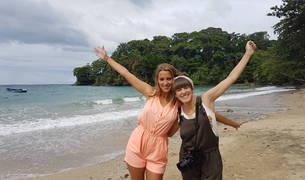 La bloguera de Estella Marta Goikoetxea Luquin, a la derecha, junto a Corina Randazzo en una playa de Puerto Viejo (Costa Rica).