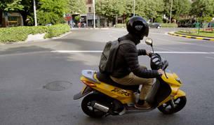 Un motorista entra con su scooter en la plaza Príncipe de Viana.