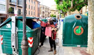 Imagen de una persona depositando una bolsa en un contenedor en Tafalla.