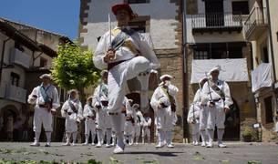 El 'capitán' del grupo de ezpatadantzaris sangüesinos baila ante la atenta mirada del resto.