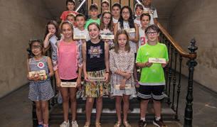 Imagen de la corporación infantil de Estella en la escalera del consistorio después de haber celebrado el ritual del haba en la sala de plenos.