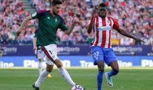 Kenan Kodro controla un balón en el partido disputado en el Vicente Calderón ante el Atlético de Madrid.