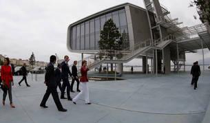 Foto de los Reyes Felipe y Letizia a su llegada a la inauguración del Centro Botín.