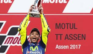 El italiano Valentino Rossi con el trofeo de campeón del Gran Premio de Holanda