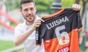 Luisma posa con su camiseta del Aspil-Vidal en un banco del paseo de Invierno.