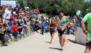 El campeón navarro Martín Iraizoz, en primer término, junto al ganador, Javier Rosado, a la salida del tramo de natación en el río Ebro.