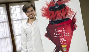 Ismael López Fauste, con su cartel cuando se anunció en abril de 2016 que era el ganador.