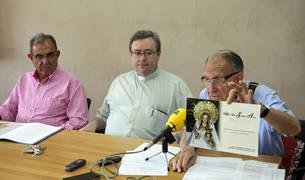 De izda. a dcha., Agustín Albo, de la Congregación; el deán de la catedral, Bibiano Esparza; y el presidente de la entidad, Luis Eduardo Gil.