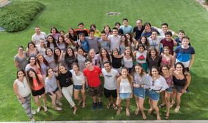 Los alumnos de la primera tanda y sus monitores -de Pamplona, Durango y San Sebastián-, en los jardines del colegio Jesuitas.