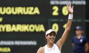 Muguruza saluda tras clasificarse para la final de Wimbledon