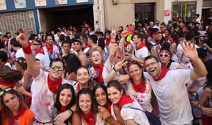 Un grupo de jóvenes disfruta del primer día de las fiestas de Tudela del año pasado.