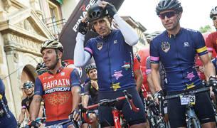 El exciclista Miguel Induráin (c), acompañado en esta ocasión por el también ya excorredor Joaquin Rodríguez 'Purito' (i), entre otros, momentos antes de tomar la salida en la vigésimosexta edición de la marcha cicloturista 'La Induráin'.