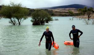 Ricardo Abad (izda) saliendo del agua en Alloz junto a Sergio Campos. Nadó 10 kilómetros en 3h35.