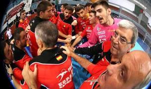 Piña de la selección júnior ayer, con Antonio Bazán en el centro.