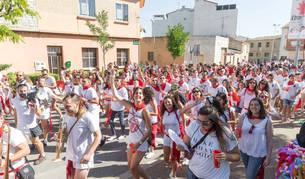 Los jóvenes suben acompañados por la charanga al parque Padre Baztán para disfrutar de la fiesta Todo Joven.