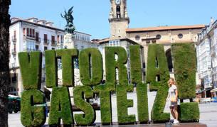 Vitoria-Gasteiz green capital Consecuencia de su designación en 2012 como capital verde europea, el logo ha sido incorporado a todo tipo de publicaciones vinculadas a la ciudad. En la fotografía, imagen del tapiz verde ubicado en la plaza de la Virgen Blanca