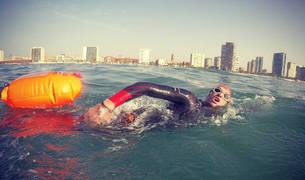 Tras iniciar el reto en Alloz y pedalear hasta Igualada cruzando Aragón, Abad inició el segundo Ultraman nadando en las aguas de Barcelona, en un día con mucho oleaje.
