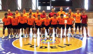 Imagen de los jugadores y técnicos del Aspil-Vidal Ribera Navarra sobre la pista del Ciudad de Tudela.