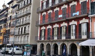 Foto de carteles de pisos en alquiler en la Plaza del Castillo de Pamplona.