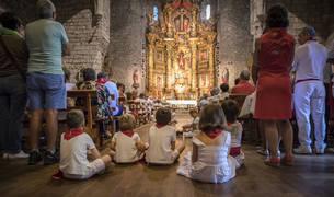 Iglesia abarrotada. La parroquia de San Miguel de Aoiz se llenó para la misa más solemne de las fiestas. Los gigantes cumplieron con la tradición al bailar los acordes del himno de Navarra durante el ofertorio. La Coral de San Miguel arropó la ceremonia con varios cantos e himnos polifónicos.