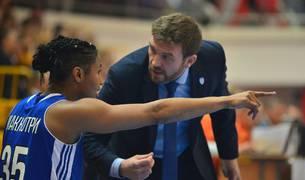 El entrenador pamplonés, César Rupérez, da indicaciones a la alero del Dynamo Kursk Angel McCoughtry.