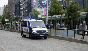 Imagen de la Policía patrullando las calles de Turku, la ciudad de Finlandia donde un hombre ha acuchillado a varias personas.