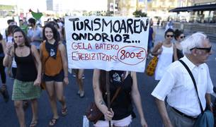 Protesta en las calles de San Sebastián contra el turismo.