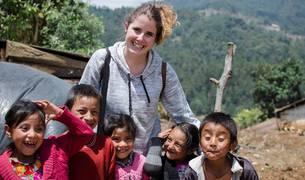 Naiara Urra, con niños de una escuela rural de Guatemala.