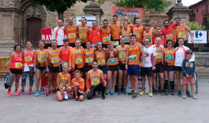 Foto de familia de algunos de los integrantes de Viana Trekking, entidad organizadora de la carrera popular junto con el Ayuntamiento.