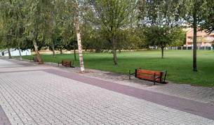 Desconocidos arrancan una veintena de bancos en el parque del Lago de Barañáin