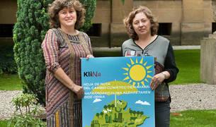 La consejera Elizalde (izquierda) y la directora general, con el cartel de Klinavarra.