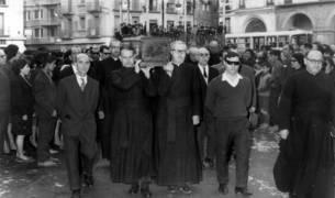 TRASLADO A LA ERMITA EN 1965. Por iniciativa de los antiguos alumnos de Jesuitas y también de los vecinos de la Virgen de la Cabeza, sus restos fueron trasladados a la ermita de este barrio en 1965. El acto volvió a ser multitudinario.