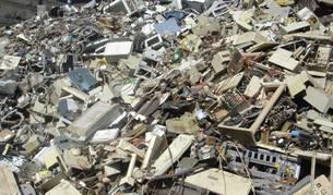 Restos de basura tecnológica apilada en un vertedero.