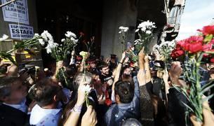 Miles de ciudadanos han protestado este miércoles por los registros relacionados con la organización del 1-O en la Gran Vía con Rambla Catalunya, en Barcelona, donde se encuentra la consellería de Economía.