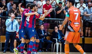 Los jugadores del Levante celebran uno de los goles logrados ayer ante el Aspil-Vidal con Pato, detrás, cariacontecido.