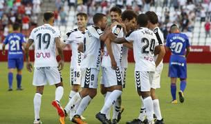 Los jugadores del 'Alba' celebran uno de los goles marcados contra el Oviedo