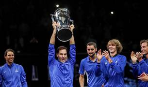 Roger Federer alza la copa de vencedor junto al resto del conjunto europeo