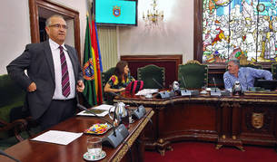Enrique Maya (UPN), Maider Beloki (Bildu) y el alcalde Joseba Asiron (Bildu), poco antes de la sesión.