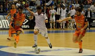 Catela, del Santiago Futsal, conduce un balón ante la presencia de dos jugadores del Aspil-Vidal Ribera Navarra.