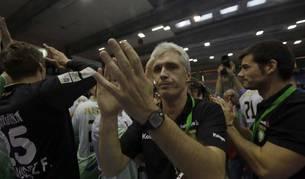 Apezetxea celebra la victoria contra el Plzen el pasado domingo junto a su equipo