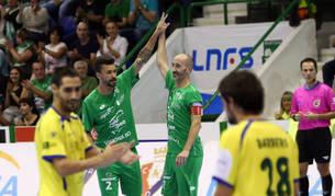 Los jugadores de Osasuna Magna, Araça y Javier Eseverri, se felicitan tras marcar uno de los siete goles que hizo ayer el equipo de Arregui.