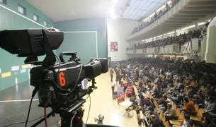 Una cámara de televisión durante un partido de pelota en el frontón Labrit de Pamplona.