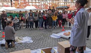 Imagen de Isis Fau Sánchez, de pie y a la derecha, durante la representación ante el grupo de escolares de El Puy.