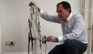 Francisco Javier Herce Herrera comprueba el nuevo mecanismo.