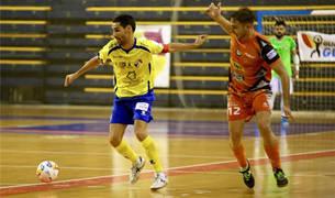 El jugador del Aspil-Vidal Pedro presiona a un jugador de Gran Canaria en el partido de ayer.