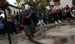 """Arizkun celebra el día en honor a la sidra el 'Kirikoketa Eguna'. La palabra """"Kirikoketa"""" proviene del instrumento que se tocaba al finalizar el prensado de manzanas para la producción de sidra."""