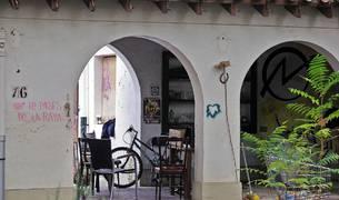 El inmueble ocupado se encuentra dentro de la antigua finca de Arraiza, es decir, casi frente a las instalaciones de Casa Gurbindo, pero oculto a la vista de los paseantes